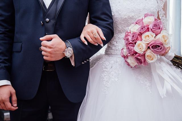 novomanželé s kyticí