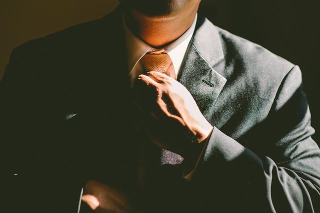 muž v kravatě