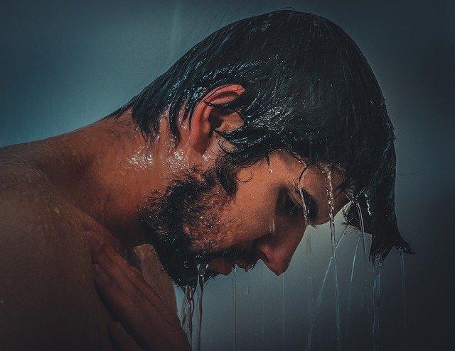sprchující se muž