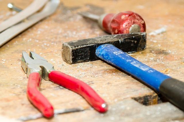 nástroje na pracovním stole